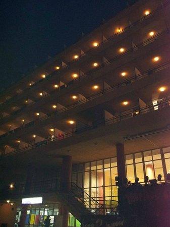 MedPlaya Hotel Calypso: Midnight view of the hotel