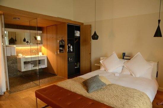 B2 Boutique Hotel + Spa: Room and bathroom on floor 3A
