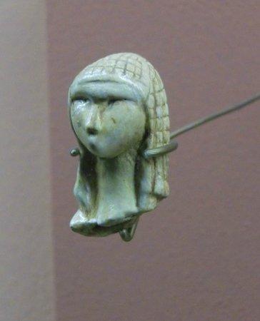 Musee d'Archeologie Nationale et Domaine: La Dame à la capuche -25 000 ans