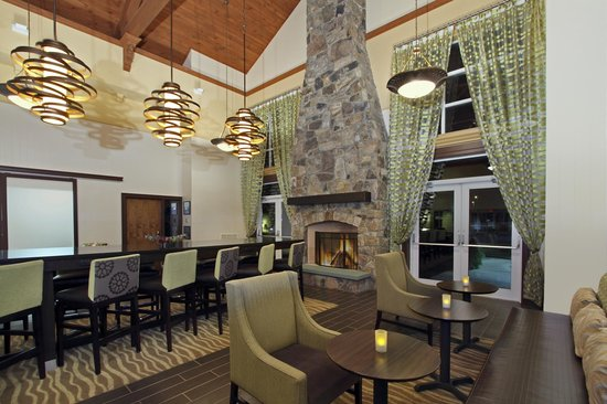 Hampton Inn and Suites Newtown : Cozy By The Fireplace