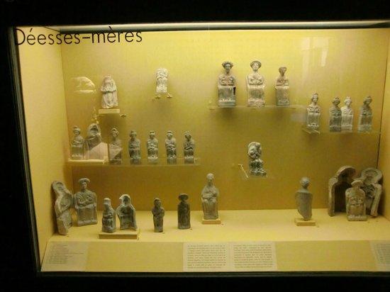 Musee d'Archeologie Nationale et Domaine: Vitrine déesses mères