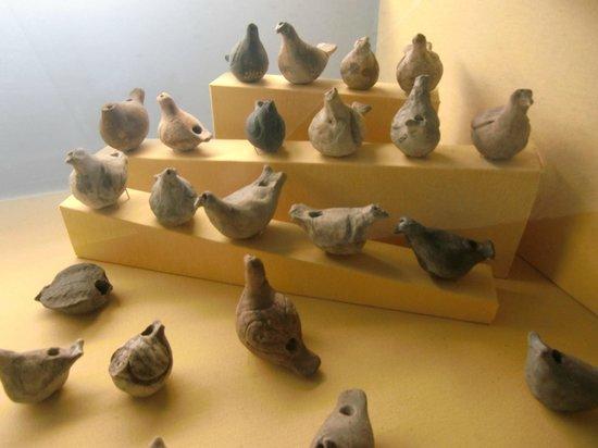 Musee d'Archeologie Nationale et Domaine: Jouets. Sifflets(?) en forme de poules ou pigeons