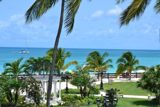 Sandals Grande Antigua Resort & Spa : View from above the pool swimup bar