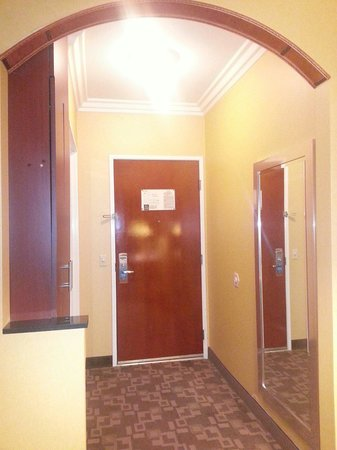Comfort Suites Oceanside Marina : Standard room entrance with full length mirror, full height closet, and bathroom