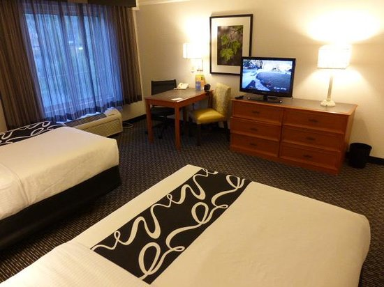 La Quinta Inn & Suites Birmingham Hoover: TV and desk