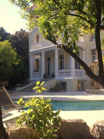 Armenonville Hotel: Hôtel rénové vue de la piscine