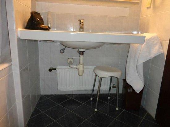 Hotel Mailbergerhof: Der Waschtisch, völlig unverblendeter Unterbau