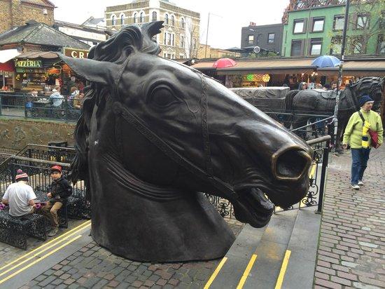 Camden Market: Una de las esculturas dedicadas a los caballos en el exterior