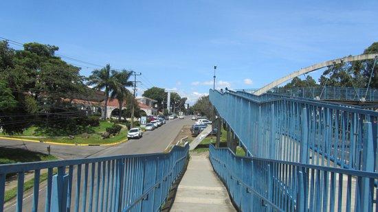 Wyndham San Jose Herradura Hotel & Convention Center: The foot bridge across the main road