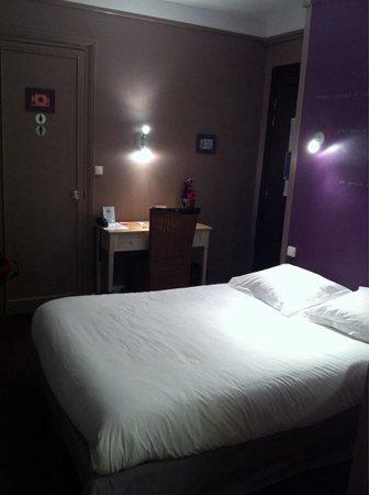 Hotel Azur : Chambre sur cour avec salle de douche séparée des toilettes.