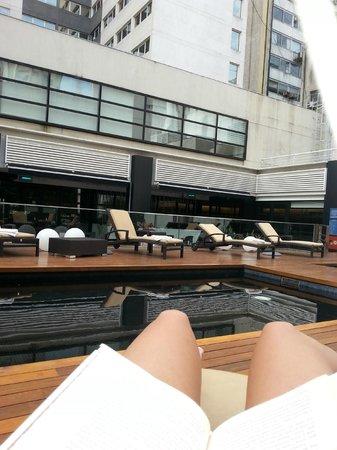 Novotel Buenos Aires : Disfrutando de un libro junto a la piscina