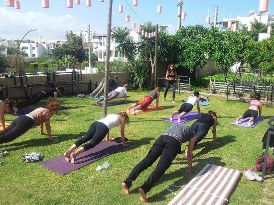 La Brezza Suite & Hotel : bahçede yoga keyfi