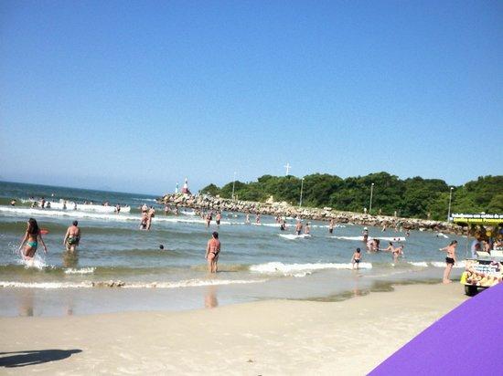 Barra da Lagoa Beach: Praia  com água clara e mar muito calmo.