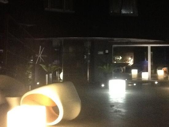 Black Hotel: terrasse illuminee un soir de mai