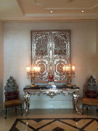 The Leela Palace New Delhi: Hotel lobby