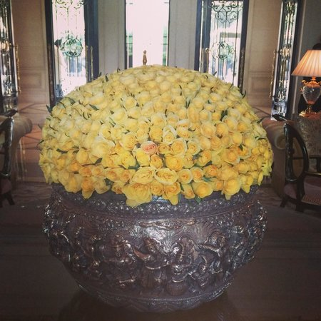 The Leela Palace New Delhi: Beautiful flowers in the lobby