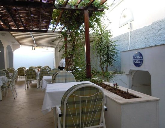 Hotel Xanadu: Restaurant a a tunnel