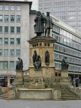 Frankfurt on Foot Walking Tours: Statue of Goethe