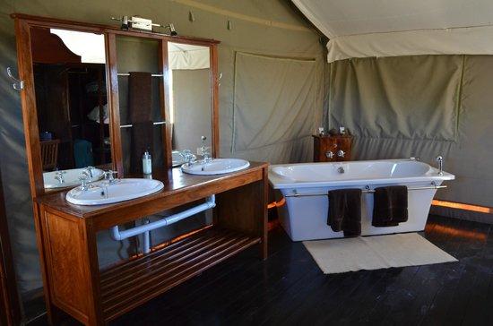 Springbok Lodge : Bathroom behind the bed