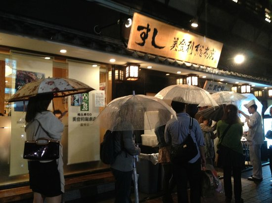 Umegaoka Sushino Midori Ginza: Queue, not too bad because of the rain