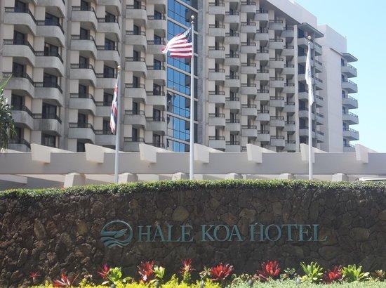 Hale Koa Hotel: front of hotel