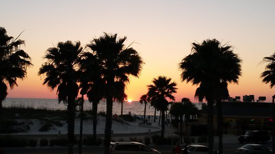Crabby's Beachwalk Bar & Grill : Sunset from 2nd floor of Crabby's