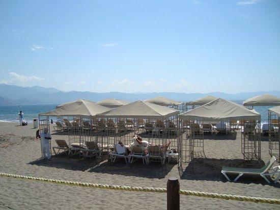 Velas Vallarta Suite Resort : Cabanas on beach