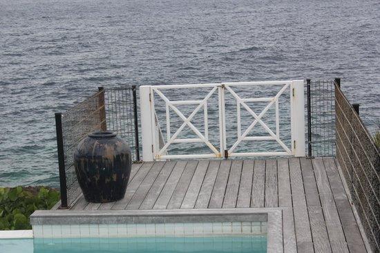 Boca Gentil Villas & Apartments: Fence to walk down to the ocean