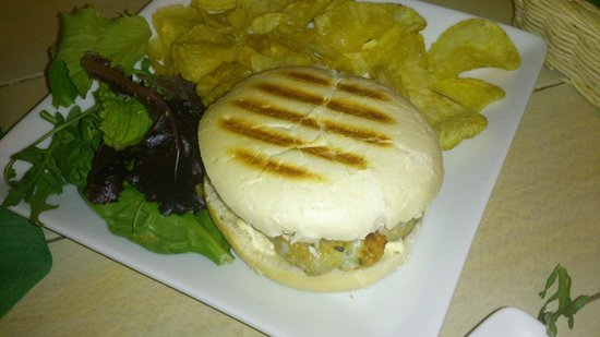 La Azotea de Maria: La hamburguesa referida de choco y gamba con la presentación de la guarnición de patata de bolsa
