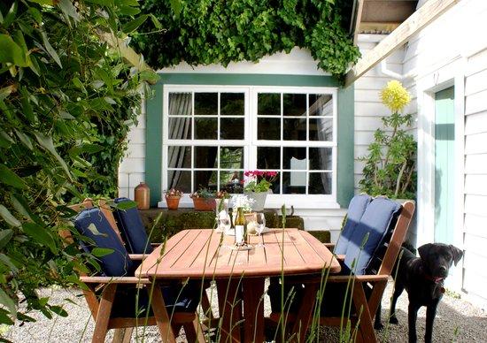 Marlborough Bed & Breakfast: Adelaide's Barn courtyard
