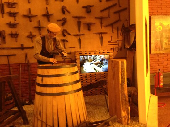 Torres : Display and video of how wine barrels are made
