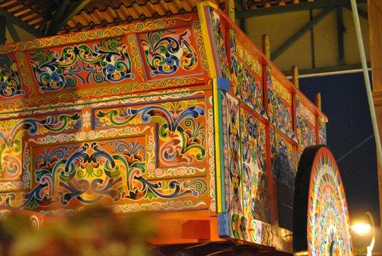 Mercado Nacional de Artesanías: imagen nocturna de la carreta más grande del mundo