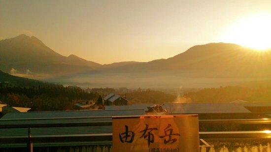 Yufuin Hanayoshi: フロントから観た 朝霧