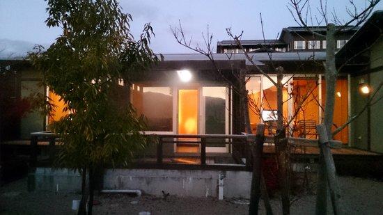 Yufuin Hanayoshi: お庭から観た客室 寝室