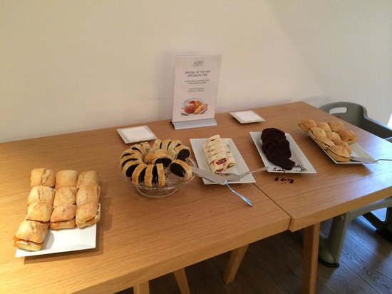 Hotel UNIC Prague : Sweets, focaccia and rolls at breakfast