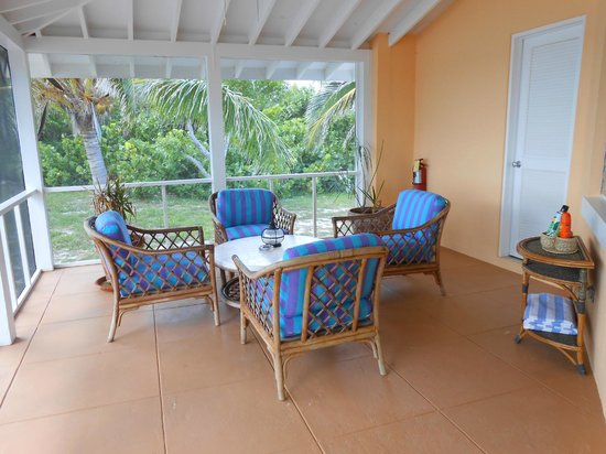 Cape Santa Maria Beach Resort & Villas: Screened-in bungalow front porch