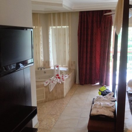 Majestic Elegance Punta Cana: yes there's a tv lol