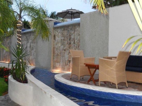 Porto Playa Condo Hotel & Beachclub: Sitting area, beneath the pool