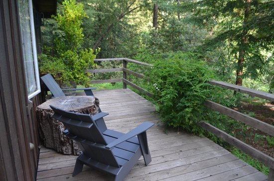 Glen Oaks Big Sur : The side deck of The Cottage
