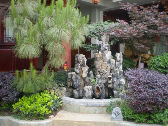 Kimbro Inn: Beaufitful Courtyard