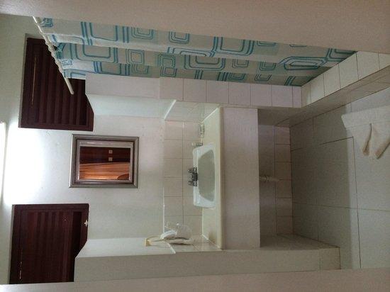 Beachcombers Hotel: Bathroom in the Standard double room