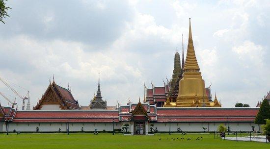 Phra Siratana Chedi: The golden chedi at the Grand Palace