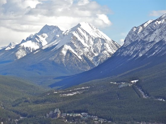 Banff Gate Mountain Resort : Mountain above Banff
