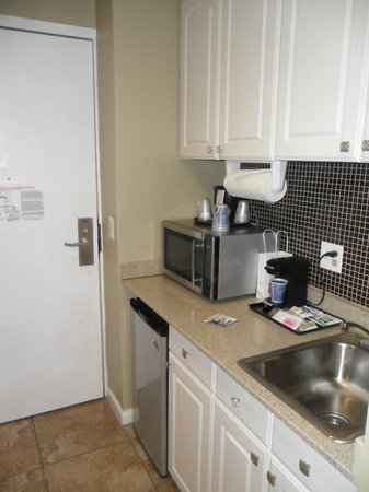 Holiday Inn Express Hotel & Suites Boston Garden: Kitchenette