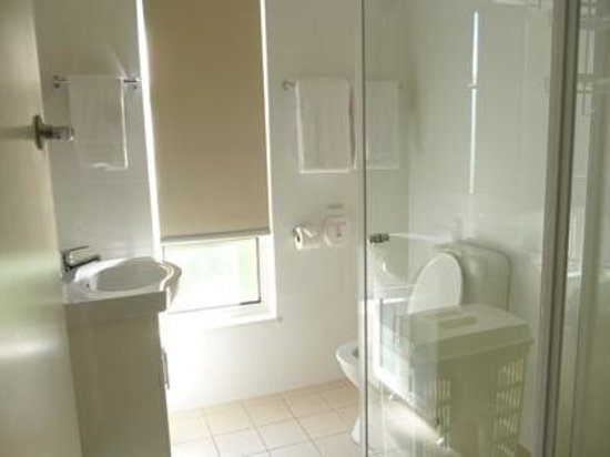 Corfu Holiday Units: Shower/bathroom