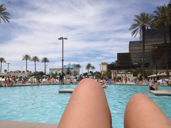 Luxor Las Vegas: Water so cold, nobody was in the pool.