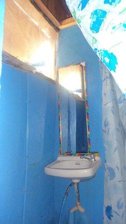 Lorna's End of the World Beach Rooms : clean bathroom