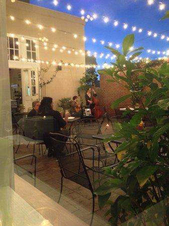 Dijon: Courtyard with musicians