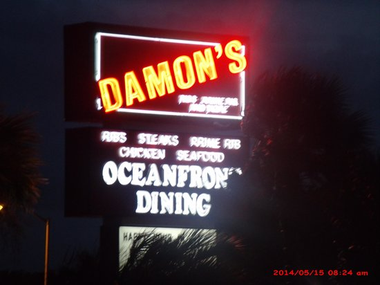 Damon's Grill: Damon's sign out front
