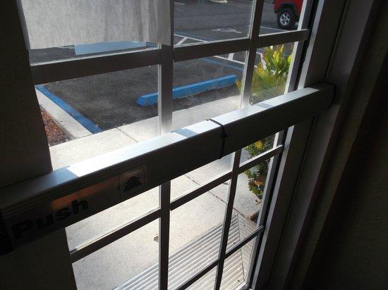 TownePlace Suites Miami Lakes: Door unlocked with zip tie